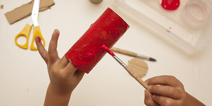 Pinturas infantiles de colores con pincel para manualidades en c